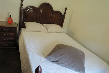 Double or Single Room near the airport - House