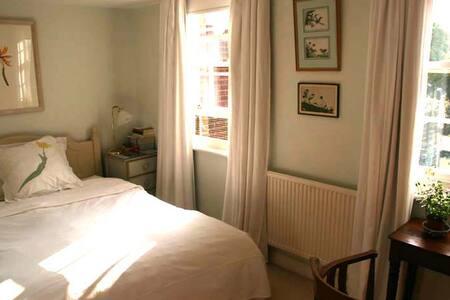 Quiet sunny room Canterbury - House