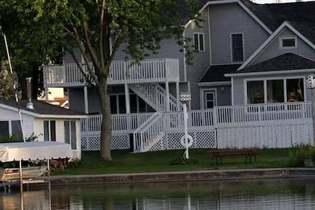 4 Bedroom Lake House Large Deck - House
