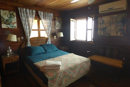 Local Colour Guesthouse: Private Queen Room - Hus