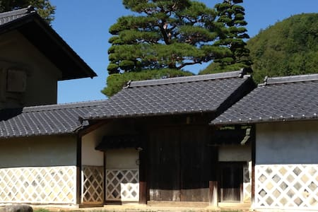 The house was built 300 years ago. (図書蔵Library) - Bed & Breakfast