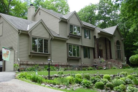 Quiet Luxury, 3 wooded acres near Erin Hills - Hartland