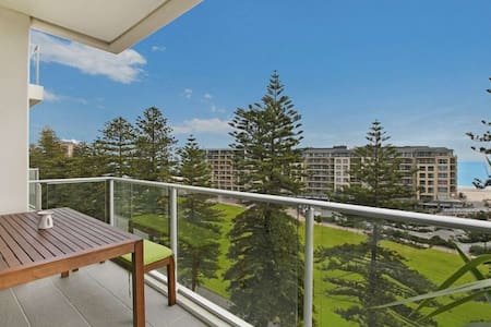 Beachside luxury & comfort, ocean views in Glenelg - Leilighet