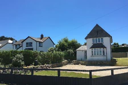 Luxury coastal family home, sea views and parking - Casa