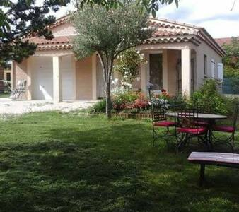Villa avec piscine et barbecue - House