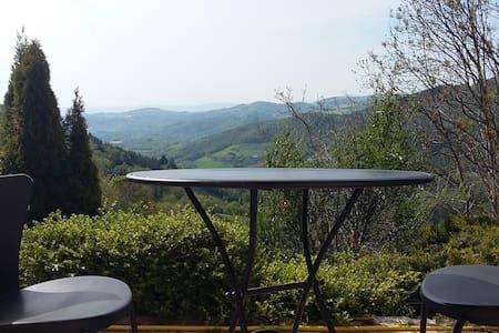 Grande maison sur la colline pour repos,rando,vtt - Dům