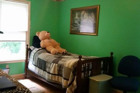 Cozy Bed in excellent country neighborhood - Hus