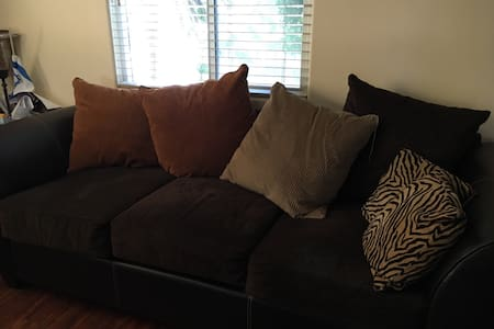 Great comfy sofa in apartment - Long Beach - Bed & Breakfast