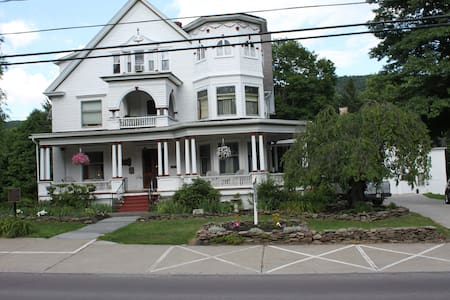 Victorian Charm Inn - Towanda - B&B