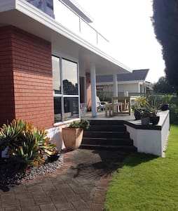 2 bedrooms available in Sunny, Central Mount home. - Tauranga - House