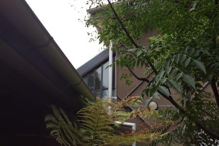 Leafy Ivanhoe loft/views/eco design - Koko kerros