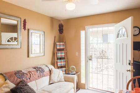 Southwestern Charm with Breakfast on Us! - Apartamento