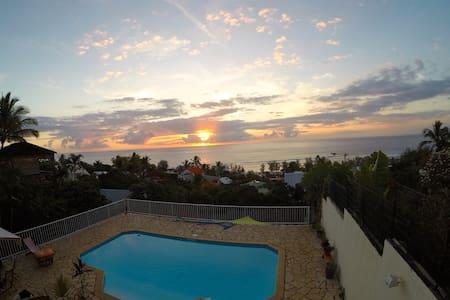 Chambre vue mer avec piscine et terrasse privative - Saint-Leu - Ház