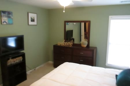 Impeccable Quiet and Comfortable Guest Room - Mableton