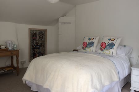 A spacious and relaxing double room - Huis
