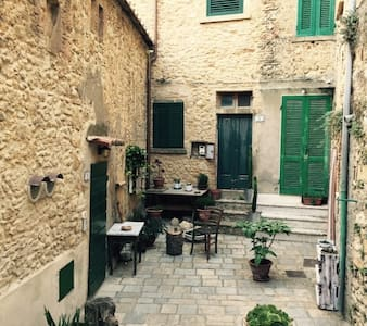 Casina nel centro storico di Casale Marittimo - Maison