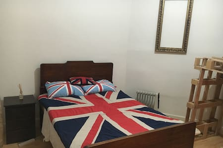 Double bed in COOLburg - House