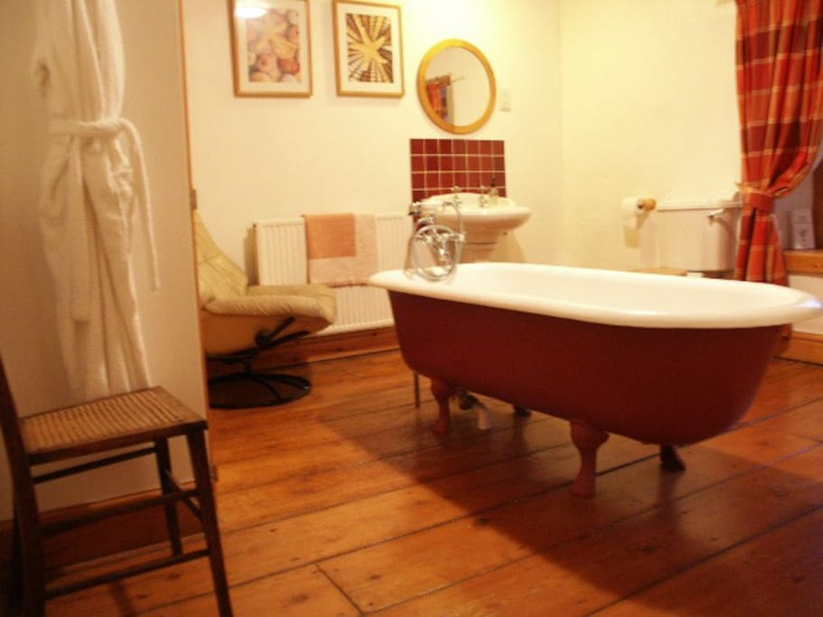Free standing roll top bath