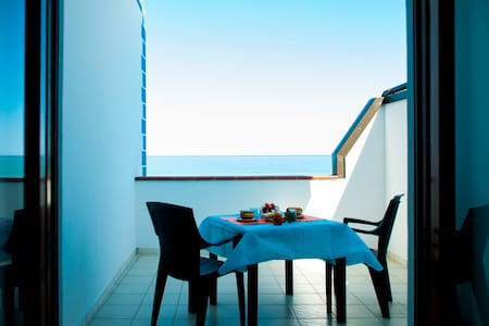 """In Riva al Mare""b&b - Stanza Eolie - Capo - Bed & Breakfast"