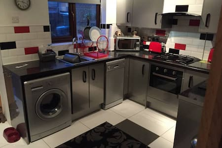 Single room in cul-de-sac near Wakefield centre - Huis