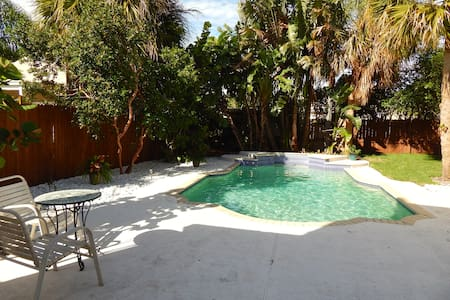 Sunny Poolside Cottage - West Palm Beach - Apartment