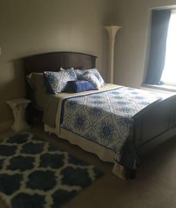 Empty nester w/ Queen bed. - Dom