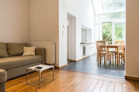 Beau appartement  lumineux avec jar - Lakás