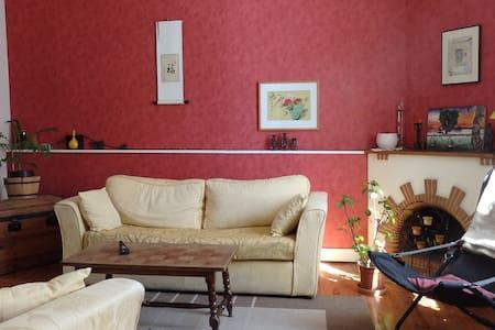 chambre agréable dans un cadre simple - Maison de ville