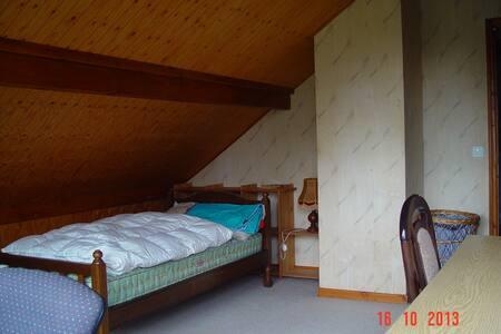 Belle chambre lumineuse, accès privatif au balcon. - Cormondrèche - Huis