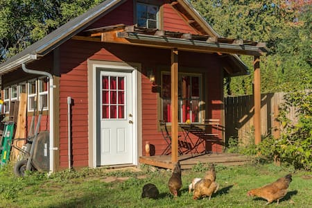 Chicken Little Cottage: urban farm in the city! - Cabin