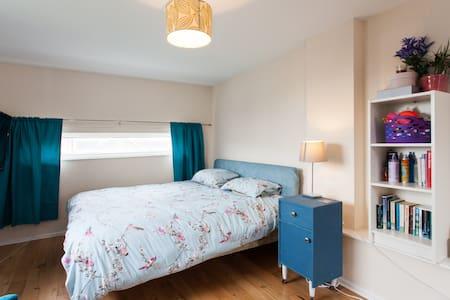 Sunny Super King room near Beach - Maison