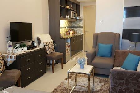 Relaxed & spacious room w/ WIFI & CABLE - Quezon City - Condomínio