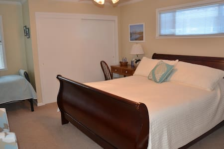 Room with King bed & twin bed & attached bath - Davis