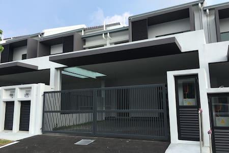 Nilai Delfina BNW HomeStay - Nilai - Ev