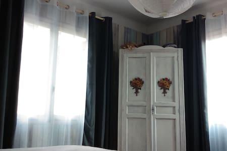 Chambre double dans village entre mer et montagne - House