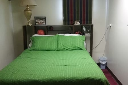 Private bedroom with comfy queensize bed. - Pickrell - Apartamento