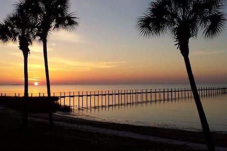 Bungalow By the Gulf 2 Balconies, WIFI, Views! - Casa