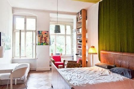 Spacious arty room in a shared flat in center - Wohnung