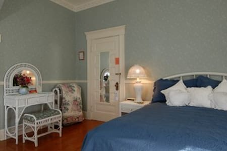 Wicker Room (Rm 2) @ The Grey Swan Inn B&B - Bed & Breakfast