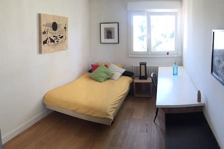 Nice comfy room in sunny apartment - Gland - Apartment