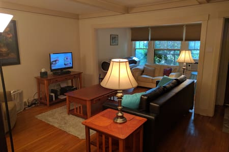 Simple Clean Private Room in Pittsburgh's East End - Stadswoning