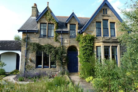Victorian house with fairy garden - Forres - House