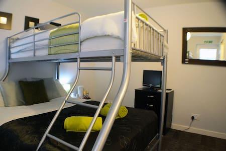 Modern Ensuite Room in Birchfields Guest House - Manchester