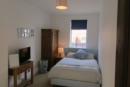 Large Double Room in Quiet & Central Location - Barrow-in-Furness