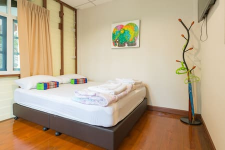 Nang Ta Yon @ Ban Thap Chang Hostel - Bed & Breakfast