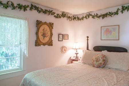 Amazing Grace B&B: Ivy Room - Bed & Breakfast