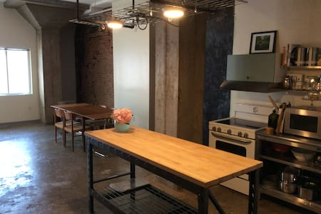 One bedroom downtown loft apartment, near JMU. - アパート