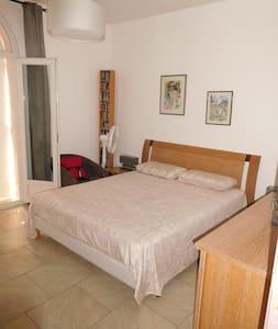 maison de charme - chambre à l'étage avec balcon - Toulon - Villa
