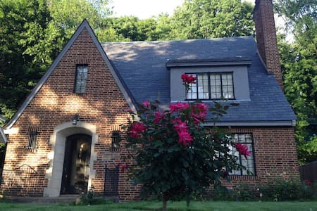 Walk to ND: 3 BR Tudor Style Home - House