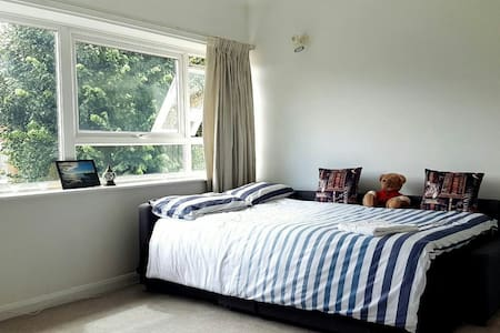 HUGE double room in Kew Gardens - Apartment
